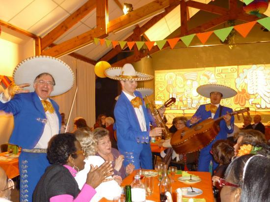 Les Mariachi entre les tables